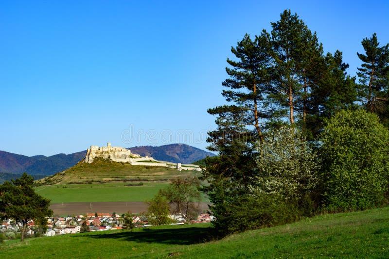 Paesaggio slovacco con il castello e le colline di Spis fotografia stock libera da diritti