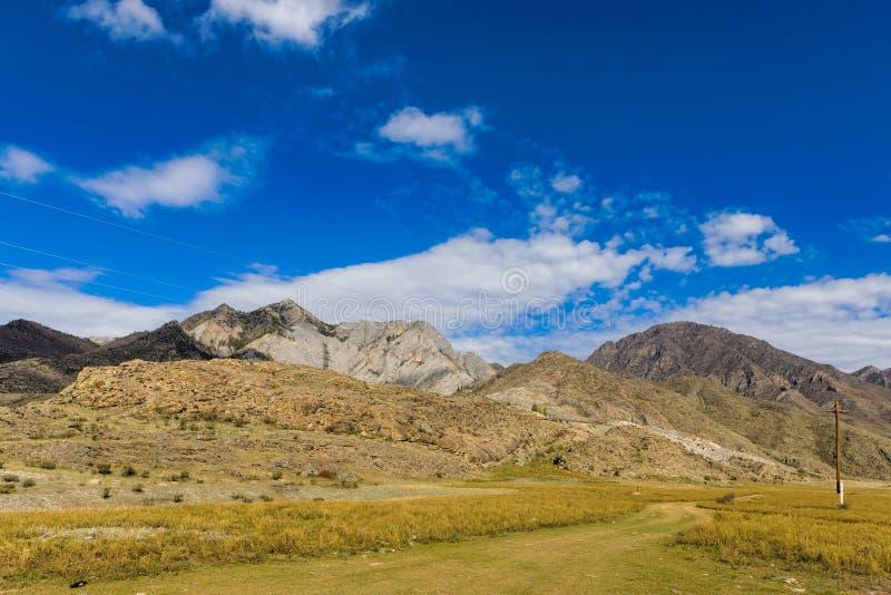 Paesaggio soleggiato della montagna fotografia stock