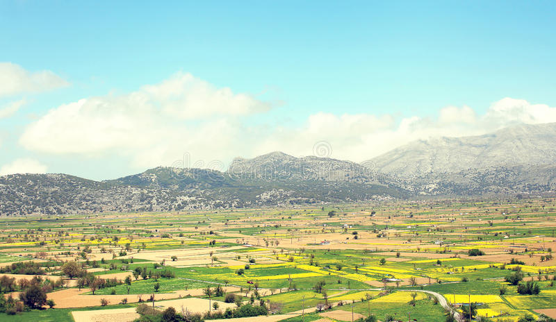 Paesaggio soleggiato stupefacente della valle con i campi immagini stock