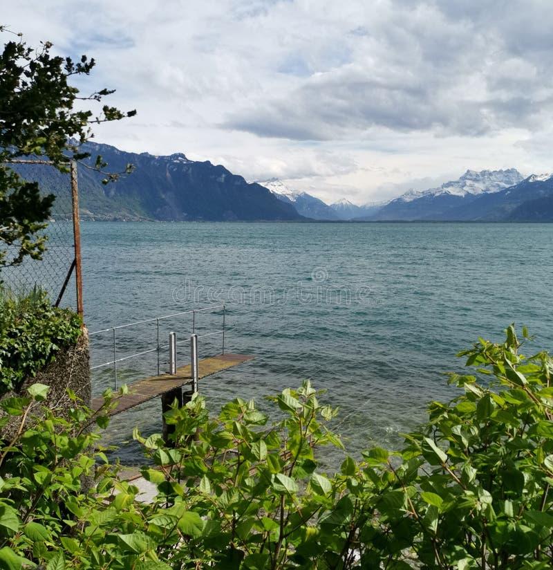 Paesaggio sopra il lago Lemano e le ammaccature du Midi con le nuvole come fondo fotografia stock
