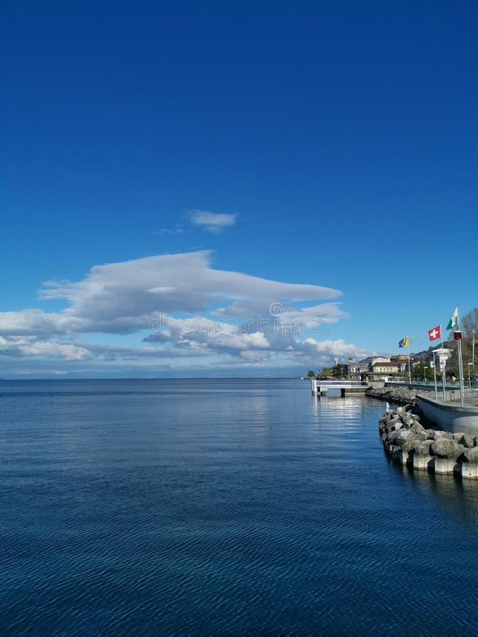 Paesaggio sopra il lago Lemano ed il porto di vevey in Svizzera fotografia stock