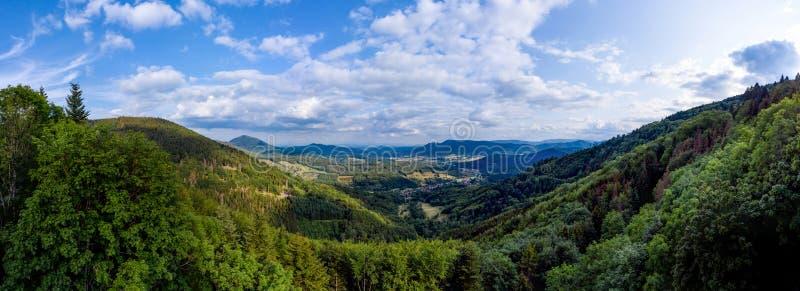 Paesaggio spazioso della montagna Una vista dalla collina alla valle dell'Alsazia immagine stock