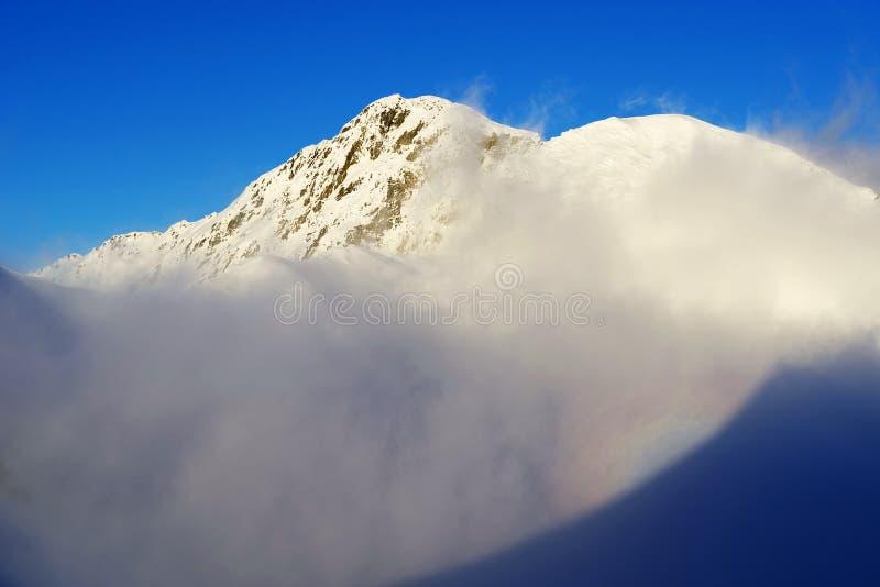 Paesaggio spettacolare di inverno in montagne di Fagaras con cielo blu e sole fotografia stock libera da diritti