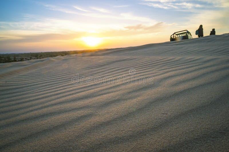 paesaggio splendido del deserto asiatico Alba sopra le dune di sabbia in Ne Vietnam di MUI tramonto sopra l'orizzonte dune bianch fotografia stock