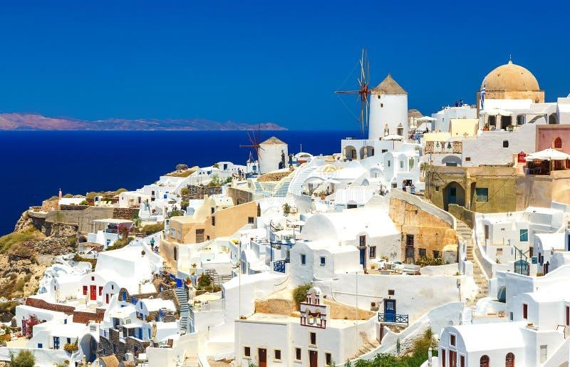 Paesaggio strabiliante di architettura greca tradizionale dell'isola del villaggio di OIA al fondo del mar Egeo Oia sull'isola di immagini stock