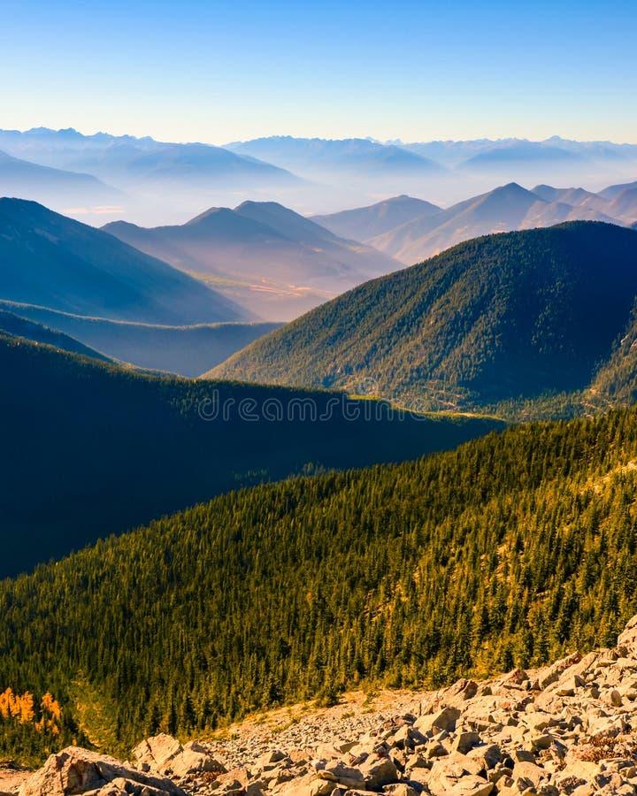 Paesaggio stratificato della montagna del passaggio di Pedley, Columbia Britannica, Canada immagini stock libere da diritti
