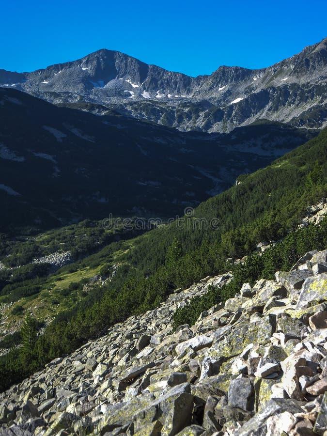 Download Paesaggio Stupefacente Con Il Picco Di Banderishki Chukar, Montagna Di Pirin Immagine Stock - Immagine di collina, stupore: 117981311