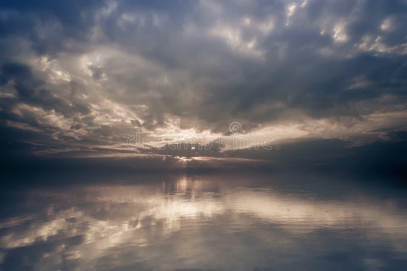 Paesaggio stupefacente del lago di calma di alba immagini stock