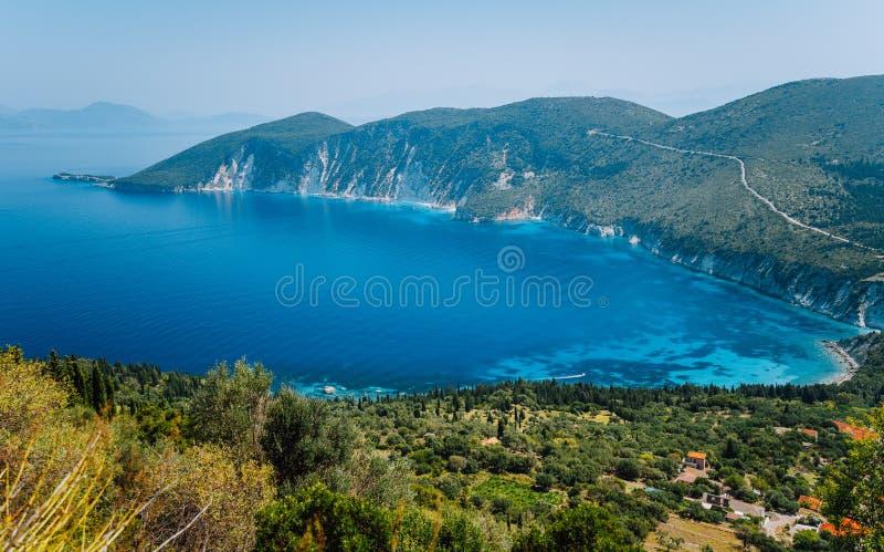 Paesaggio stupefacente dell'isola mediterranea Vacanza di estate Ithaki-vista della Grecia, isola della baia pittoresca su caldo fotografia stock libera da diritti