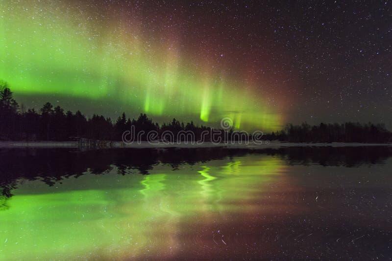 Paesaggio stupefacente di inverno con l'aurora boreale immagini stock libere da diritti