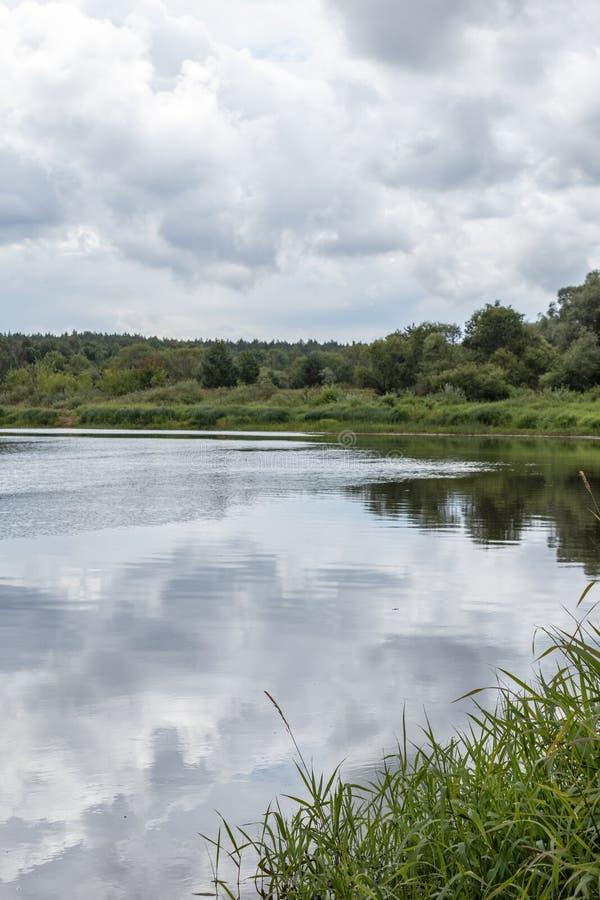 paesaggio sulla sponda del fiume, giorno nuvoloso di estate Regione di Kaluga, Russia fotografia stock