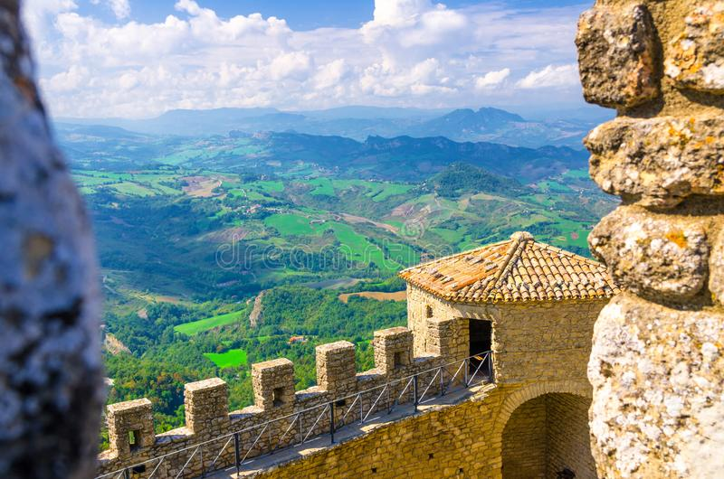 Paesaggio superiore aereo di vista panoramica con la valle, colline verdi, campi, villaggi della Repubblica San Marino fotografia stock
