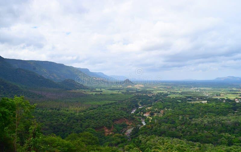 Paesaggio in Theni, Tamilnadu, India - sfondo naturale con le colline, la pianta ed il cielo fotografia stock libera da diritti