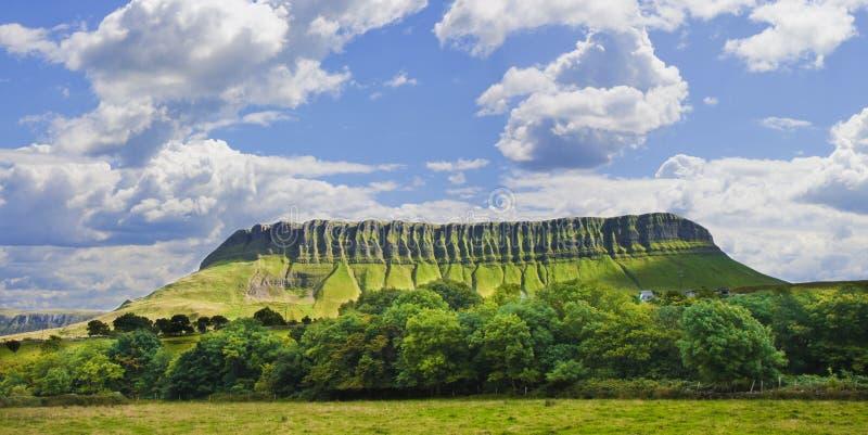Paesaggio tipico dell'Irlandese con la montagna di Ben Bulben chiamata immagine stock libera da diritti