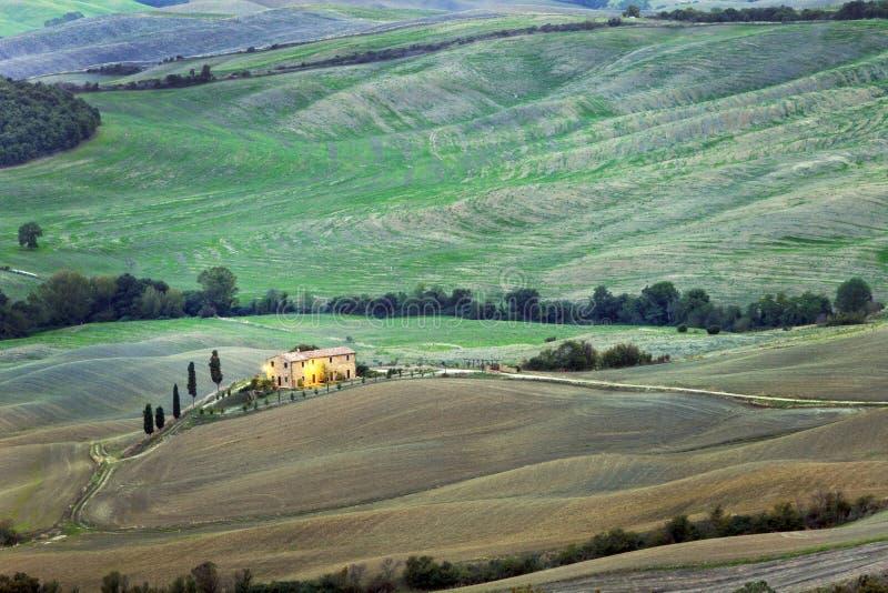 Paesaggio toscano con la fattoria fotografia stock libera da diritti