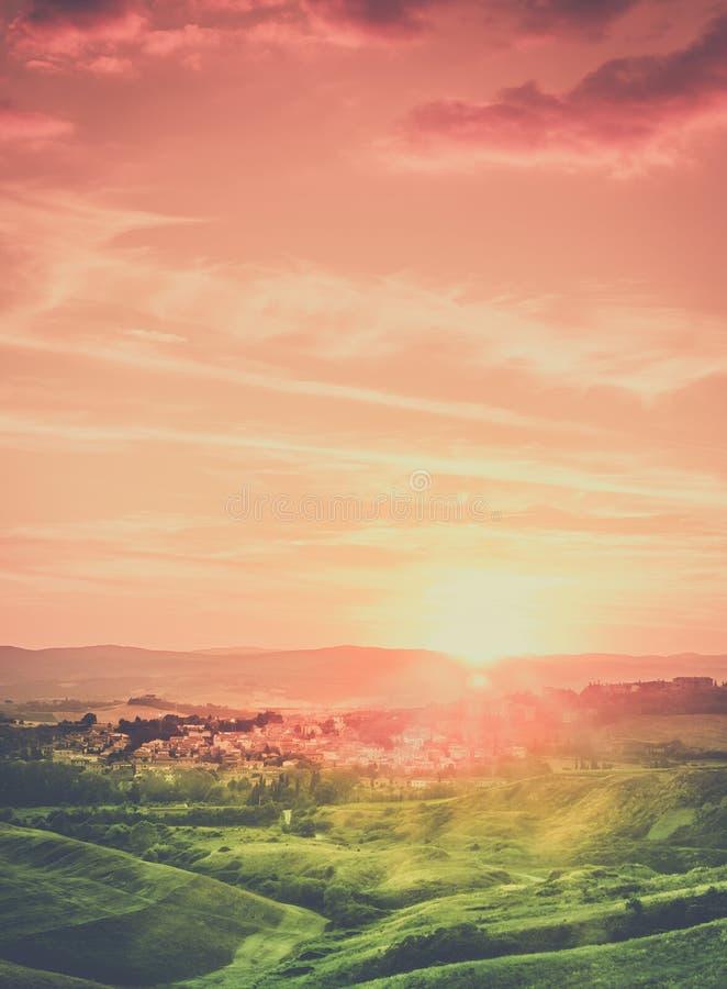 Paesaggio toscano di tramonto della città fotografie stock