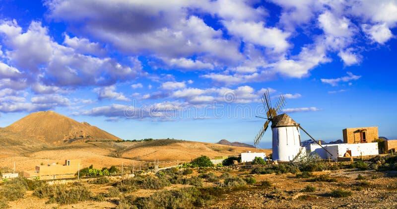Paesaggio tradizionale di Fuerteventura vulcanica mulini a vento e piccoli villaggi Le Isole Canarie immagine stock libera da diritti