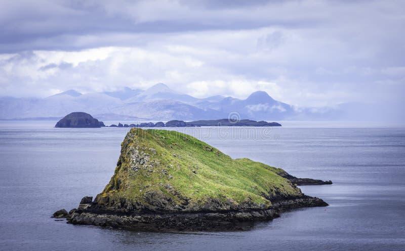 Paesaggio tranquillo dell'isola di Skye, Scozia, Regno Unito Piccole isole sul mare e montagne nel fondo fotografie stock
