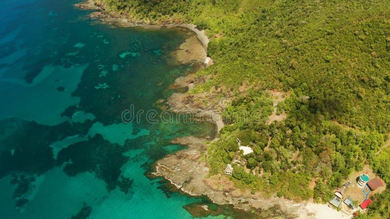 Paesaggio tropicale con il mare blu e la barriera corallina immagine stock libera da diritti
