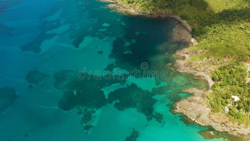 Paesaggio tropicale con il mare blu e la barriera corallina immagini stock