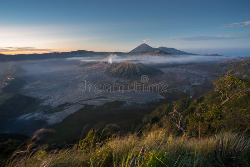 Paesaggio in un'alba di mattina, East Java della montagna del vulcano di Bromo fotografie stock libere da diritti