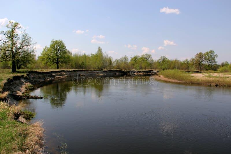 paesaggio Un piccolo fiume nel villaggio immagine stock