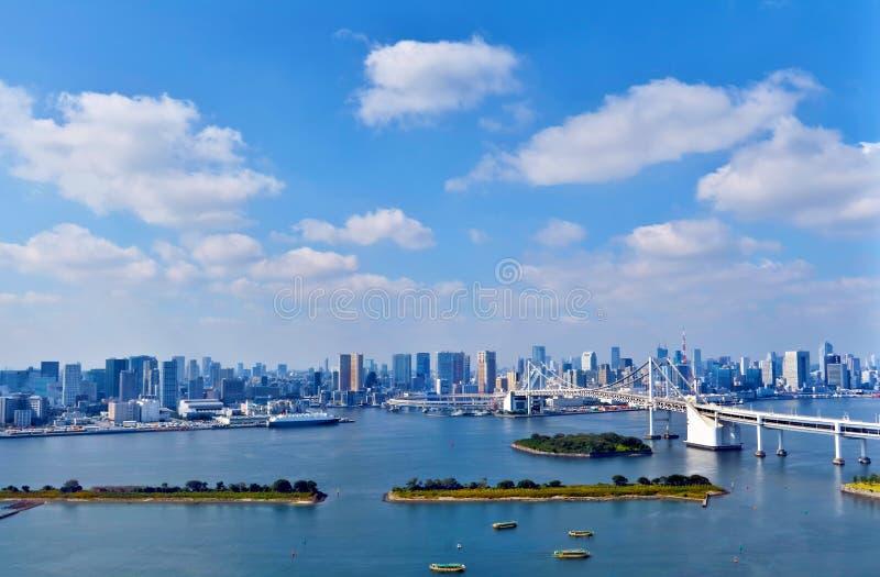 Paesaggio urbano aereo di lungomare di Tokyo con il ponte dell'arcobaleno fotografia stock libera da diritti