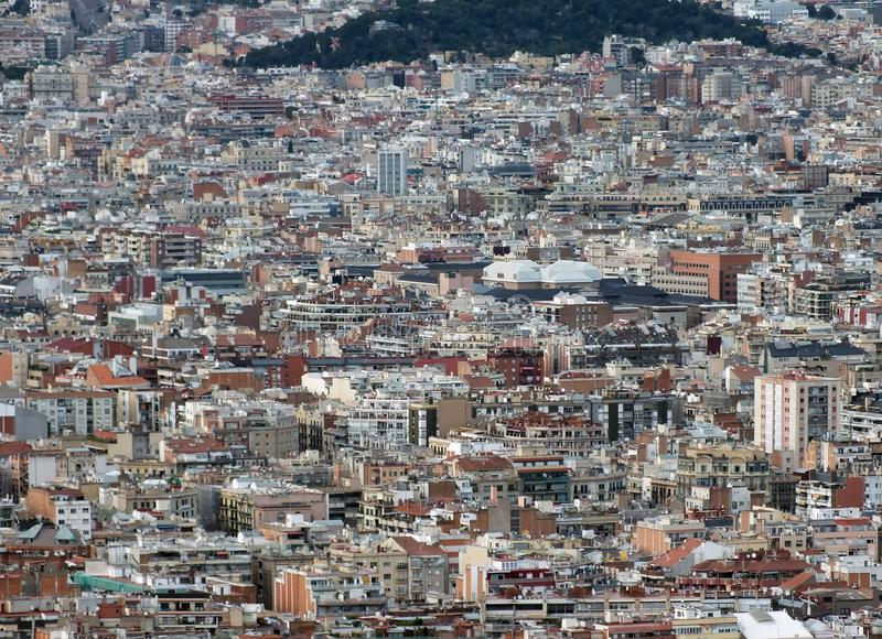 Paesaggio urbano aereo panoramico di Barcellona che mostra residenziale e dei distretti aziendali con le centinaia di costruzioni immagini stock libere da diritti
