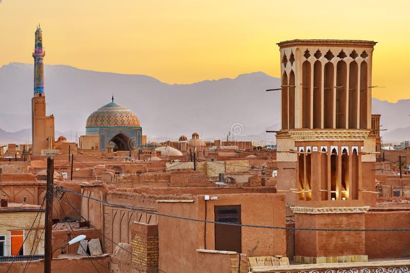 Paesaggio urbano al tramonto con i windtowers di tradizione o i badgirs, Yazd, fotografia stock libera da diritti