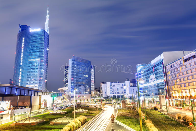 Paesaggio urbano alla notte, Milano, Italia fotografie stock