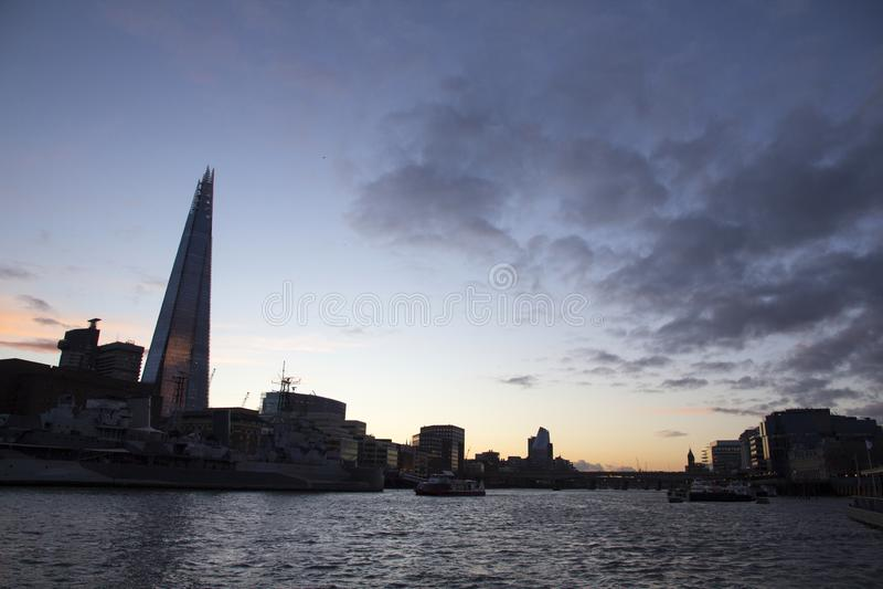 Paesaggio urbano attraverso il Tamigi con una vista del coccio, Londra, Inghilterra, Regno Unito di Londra, il 20 maggio 2017 fotografia stock libera da diritti