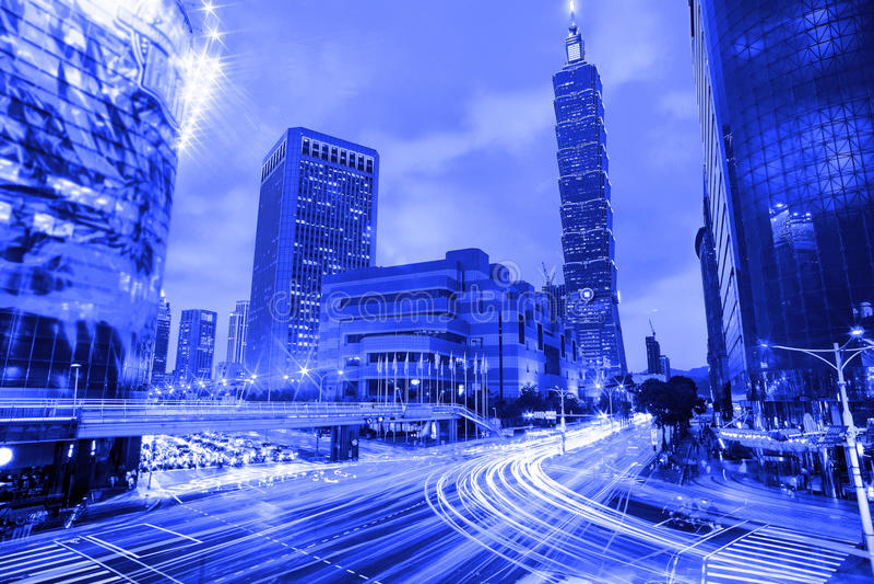 Paesaggio urbano blu di Taipei di stile a penombra nella città di Taiwan immagine stock libera da diritti