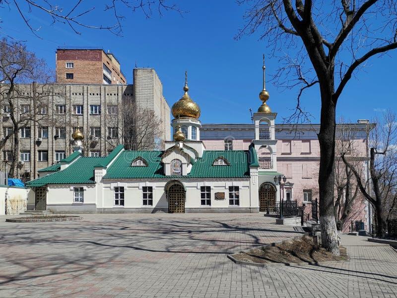 Paesaggio urbano che trascura la costruzione della chiesa di presupposto fotografie stock