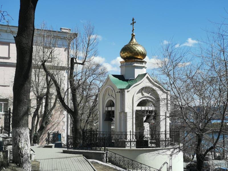 Paesaggio urbano che trascura la costruzione della chiesa di presupposto fotografia stock libera da diritti