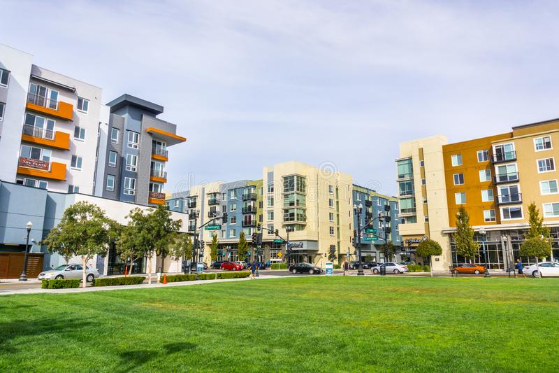 Paesaggio urbano con gli edifici residenziali di recente sviluppato immagine stock libera da diritti