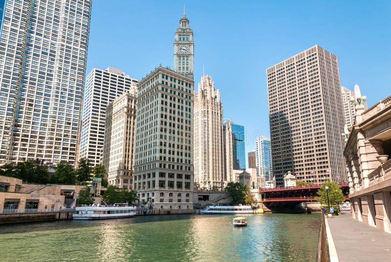 Paesaggio urbano con l'edificio di Wrigley dalla riva del fiume di Chicago, Illinois, U.S.A. immagine stock