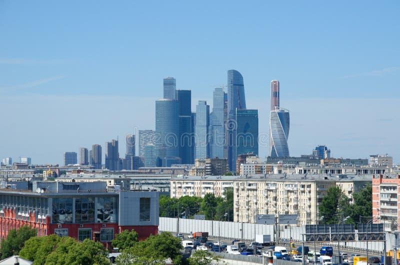 Paesaggio urbano con la vista delle torri del centro di affari della città di Mosca, Russia fotografia stock libera da diritti