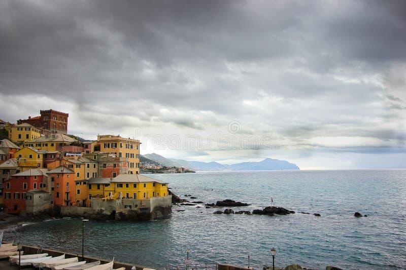 Paesaggio urbano con le costruzioni a Genova Boccadasse sulla spiaggia fotografia stock