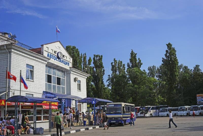 Paesaggio urbano con una vista della costruzione della stazione dell'automobile fotografia stock libera da diritti