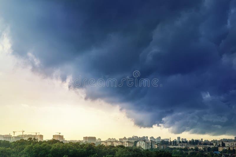 Paesaggio urbano coperto di nuvole scure tempestose drammatiche prima di pioggia persistente e del temporale Disastro naturale Au immagini stock