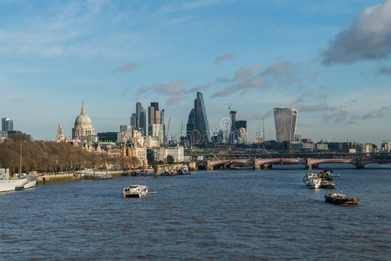 Paesaggio urbano del centro di affari e del Tamigi a Londra, Regno Unito immagine stock libera da diritti