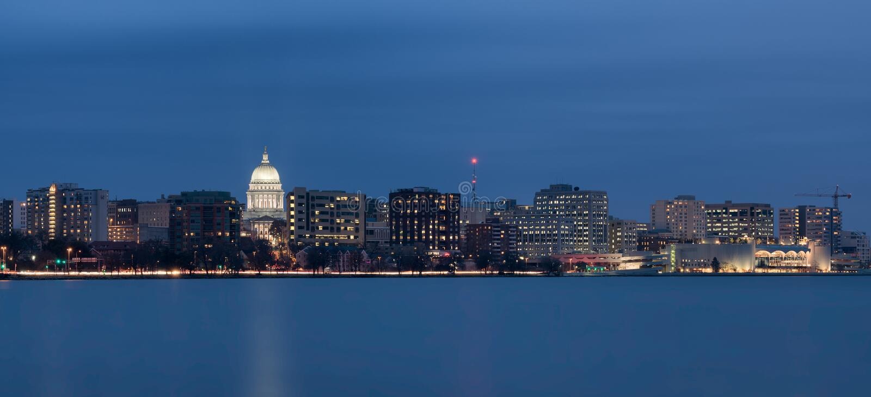 Paesaggio urbano del centro di Madison Wisconsin alla notte immagini stock