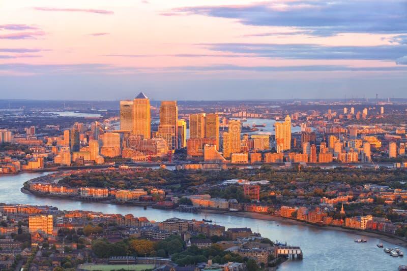 Paesaggio urbano del distretto aziendale di Londra Canary Wharf al tramonto immagine stock