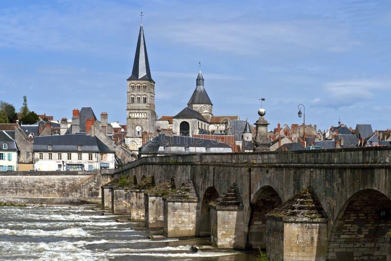 Paesaggio urbano della Charite-sur-Loira al fiume Loira immagini stock libere da diritti