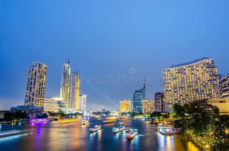 Paesaggio urbano delle tracce della luce della barca sulla scena di notte di Chao Phraya River a Bangkok, Tailandia immagini stock libere da diritti
