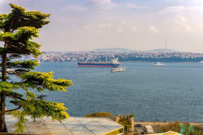 Paesaggio urbano dello stretto di Bosphorus a Costantinopoli con la grandi autocisterna e traghetto della nave da carico fotografia stock libera da diritti