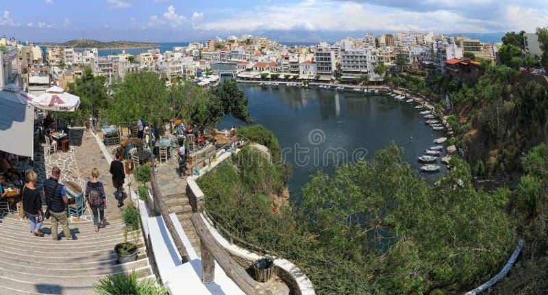 Paesaggio urbano di Agios Nikolaos con il suo lago Voulismeni La gente wal fotografia stock libera da diritti