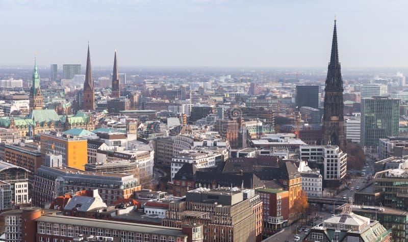 Paesaggio urbano di Amburgo, Germania Siluetta dell'uomo Cowering di affari fotografia stock