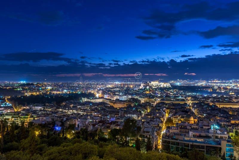 Paesaggio urbano di Atene al tramonto fotografie stock libere da diritti