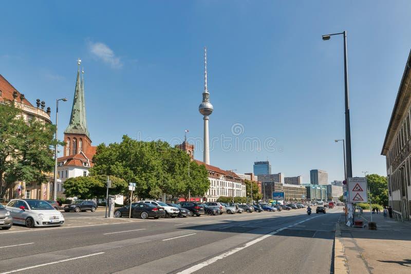 Paesaggio urbano di Berlino con la torre della TV e la chiesa di San Nicola, Germania immagini stock